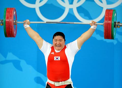 バ韓国の重量挙げ選手。え? これメスなの?
