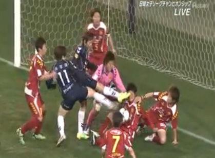 韓国のサッカーでは顔面キックもルール内