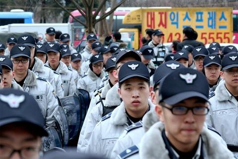 バ韓国の警官はレイプし放題