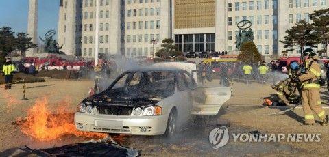 バ韓国・ソウルの国会議事堂前で焼身自殺