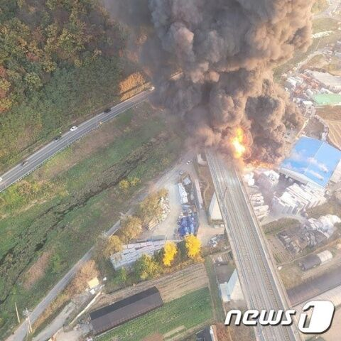バ韓国の断熱材工場で大規模火災