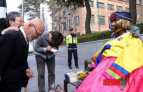 売春婦像に祈りをささげる偽日本人牧師