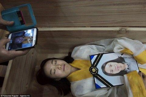 自分の死を予行練習するバ韓国塵
