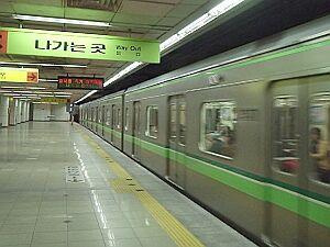 キチガイがギュウ詰め状態のバ韓国地下鉄
