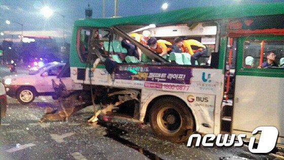 通勤時間帯のバ韓国・ソウルで、バス同士が衝突!!!! 死傷者40匹あまり!!!!!!!