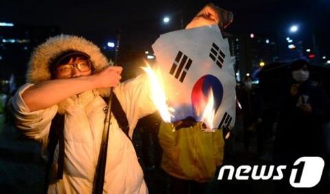 セウォル号事故汎国民会議の最中に太極旗を燃やす屑チョン
