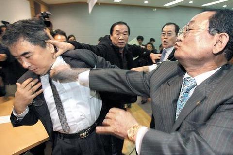 慰安婦は「売春業」と発言したばかりに殴る蹴るの暴行を受ける李教授