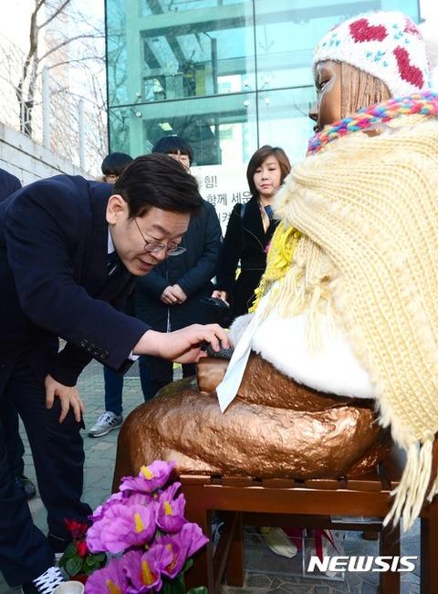 売春婦を品定めするバ韓国・次期大統領候補