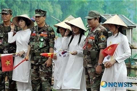 チョンのメスがベトナム人に仮装してチョン兵士と記念写真