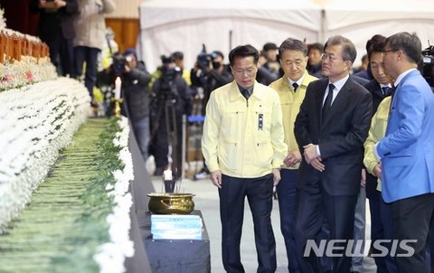 焼香所を訪れたバ韓国・文在寅(ムン・ジェイン)大統領