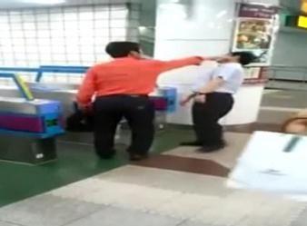 駅員に殴りかかる一般的なバ韓国塵