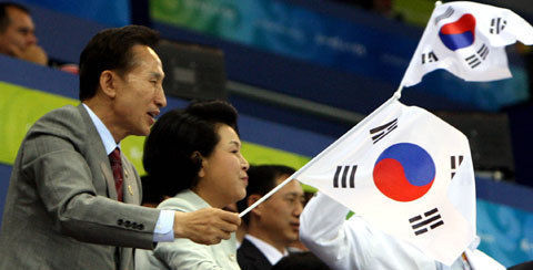 逆向きの太極旗に気付かない前バ韓国大統領