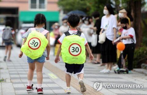 バ韓国の小学生の後ろ姿。轢きロコしたくなります