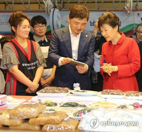 済州島の市場を視察するパククネ婆