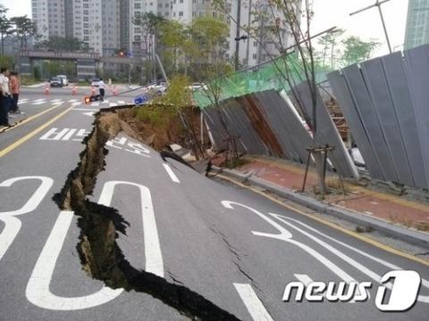 突然崩れ落ちる道路