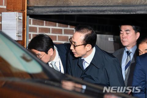 収監されるバ韓国元大統領の明博