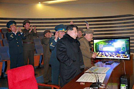 ミサイル発射を喜ぶ金正恩