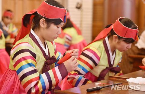 バ韓国のイベントに参加する自称日本の高校生