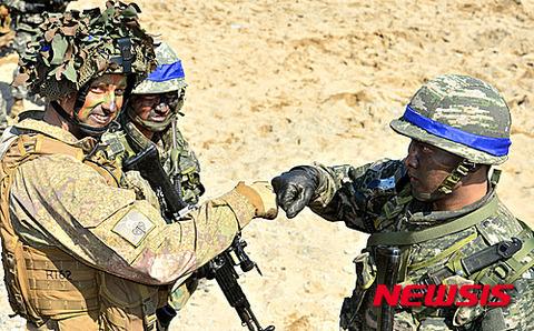 ヒトモドキと記念撮影する米兵