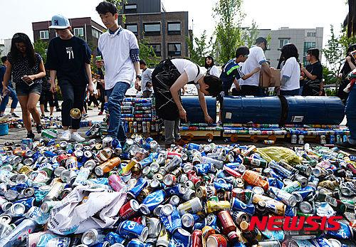 環境イベントで空き缶を踏みつぶすバ韓国塵どもwwwww