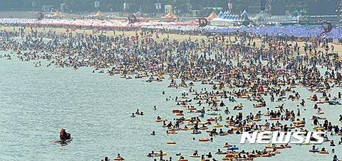 海に浸かって汚物を拡散するバ韓国塵ども