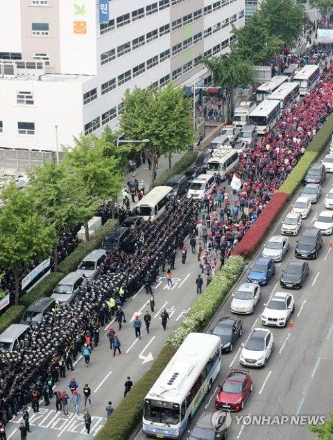 バ韓国釜山の日本総領事館前が大渋滞に