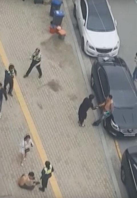 ヤクザにビビるバ韓国の警察官