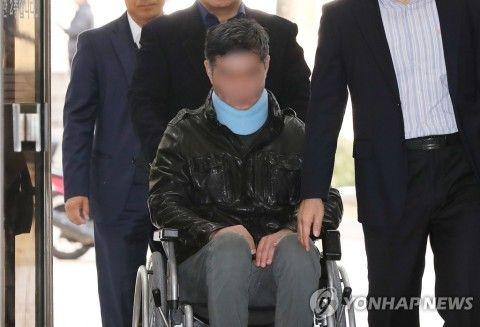 車いすで裁判所に来たバ韓国チョ・グクの弟