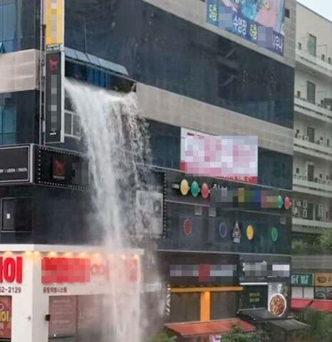 タンクの破裂で破損したバ韓国のビル