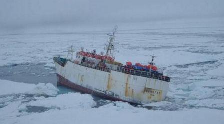 南極海で座礁したバ韓国の遠洋漁船