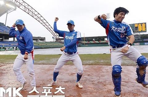 国際試合の前に踊る韓国野球選手