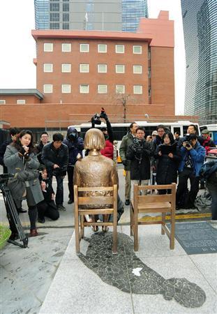 ソウル日本大使館前の売春婦客待ち像