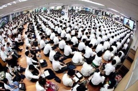 コロナウイルスが拡散したバ韓国の新天地教会の集会