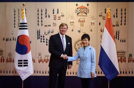 オランダ国王と会談するパククネ婆、笑顔が気色悪すぎwwww