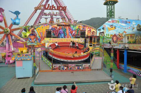 バ韓国の遊園地で転落事故