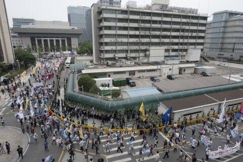 ソウルの米国大使館を取り囲むバ韓国塵ども