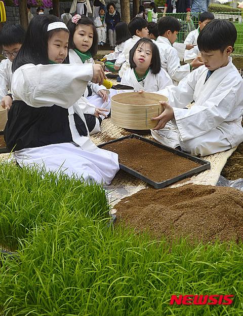 全匹知能障害を抱えているバ韓国塵の子供たち