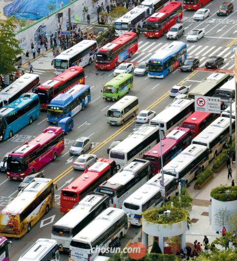 違法駐車で首都の交通網がマヒ
