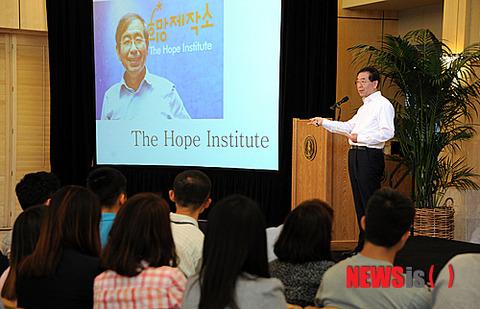 スタンフォード大学で講演するソウル市長