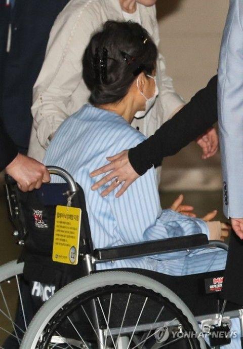 腰痛で病院に搬送されるバ韓国前大統領パククネ婆