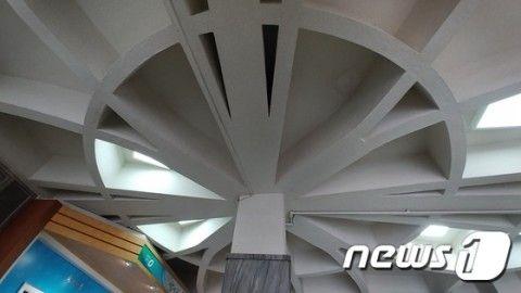 バ韓国の市役所の天井、これが旭日旗に見えるらしいです