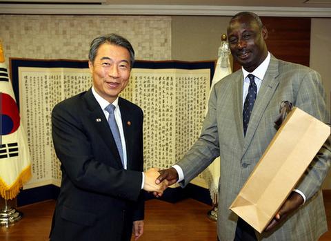 訪韓直後に死亡したウガンダのニャカイリマ長官