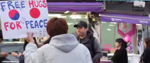 自称日本人が釜山でフリーハグ