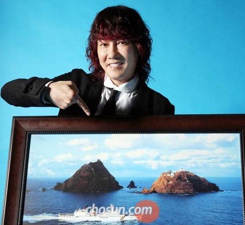 生簀で泳ぎながら竹島に不法上陸したキム・ジャンフン