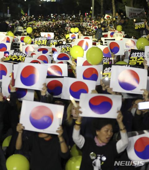 政府の思い通りにデモするバ韓国塵ども
