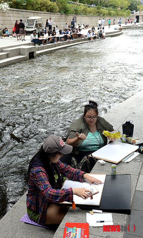 川沿いで絵を描く屑チョンのデブメス2匹www