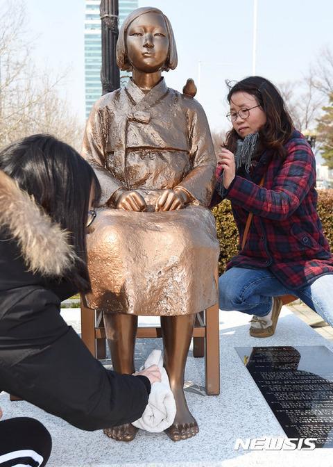 売春婦を崇めるバ韓国の母娘