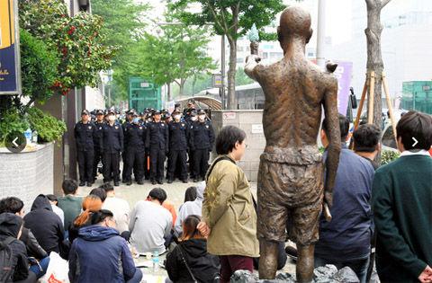 バ韓国釜山の日本総領事館前で屑チョンどもが衝突