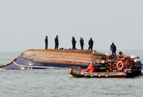 バ韓国の釣り船が転覆して13匹死亡