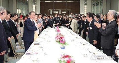 屑在日との懇親会に参加するバ韓国の文大統領